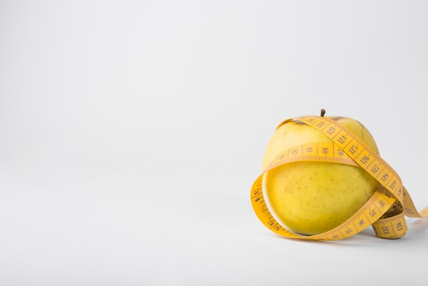 Свежие фрукты и лента