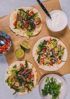 肉と野菜を使ったメキシコのタコスの準備