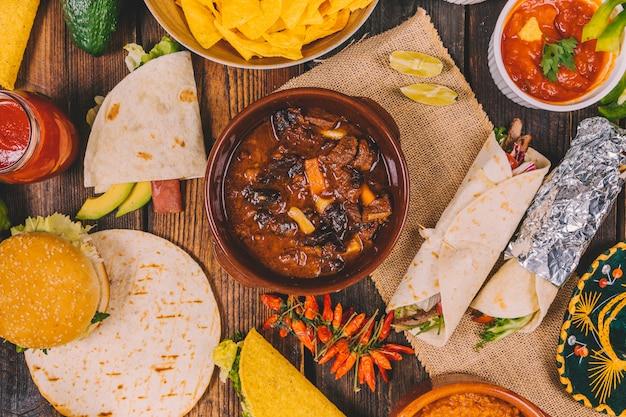 茶色の木製テーブルの上のおいしいメキシコ料理のオーバーヘッドビュー