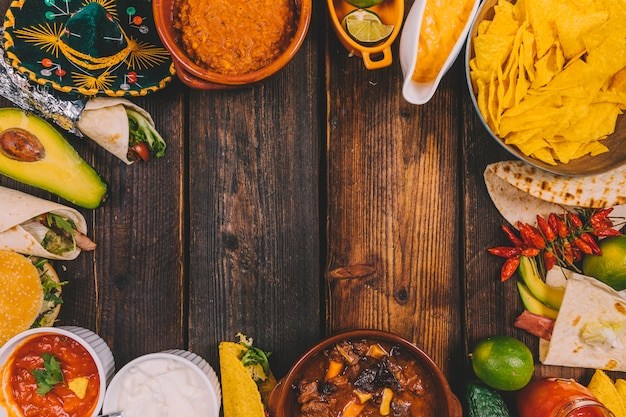 おいしいメキシコ料理を木製のテーブルの上のフレームに配置します。