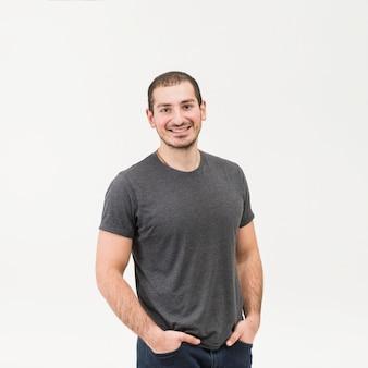 白い背景に対して立っている幸せな男の正面図