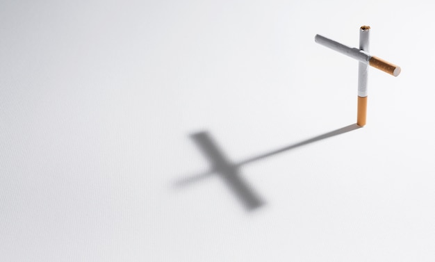 Сигарета с тенью делает крест