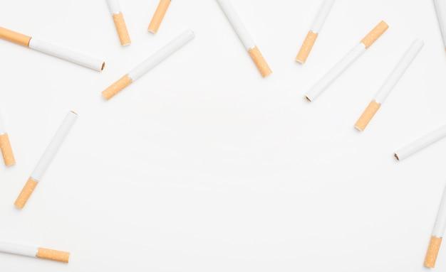 Вид сверху сигарет на белой поверхности