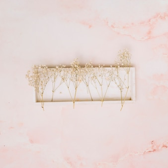 テーブルの上の木の板に小さな花枝