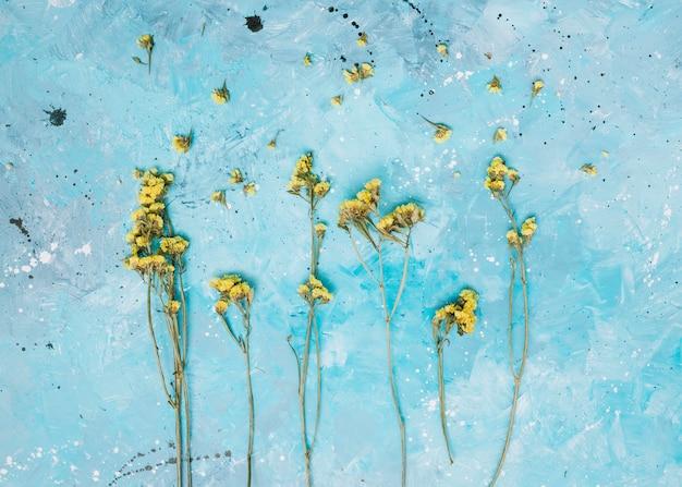 Маленькие желтые цветы ветви на столе