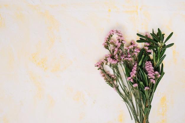 Букет розовых цветов на светлом столе