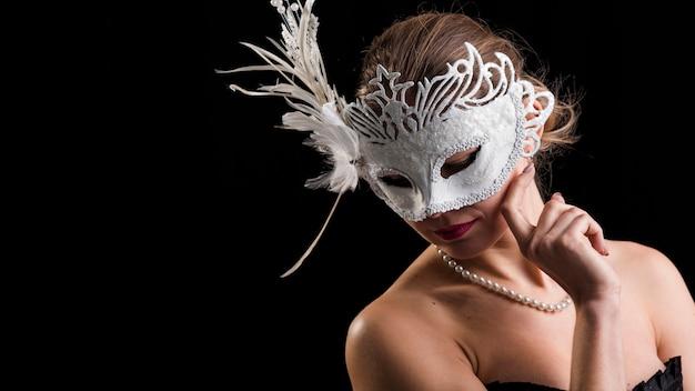 カーニバルマスクを持つ女性の肖像画