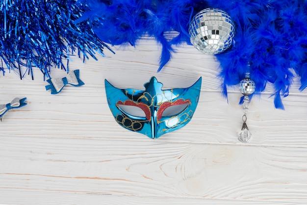 Вид сверху композиции с карнавальной маской