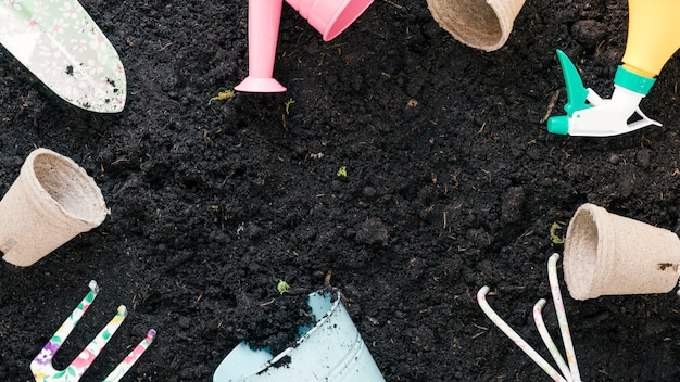黒い土に配置された園芸機器の平面図