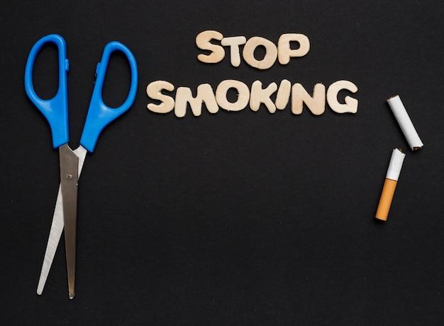 黒の背景上の喫煙をやめるの概念