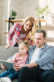 デジタルタブレットを使用して自宅で家族の笑顔