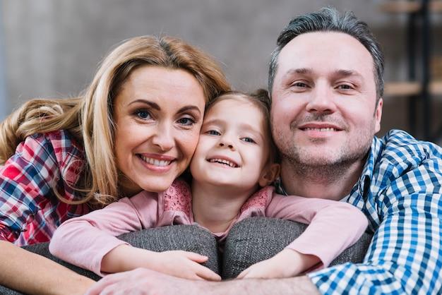 Крупным планом счастливой семьи, глядя на камеру