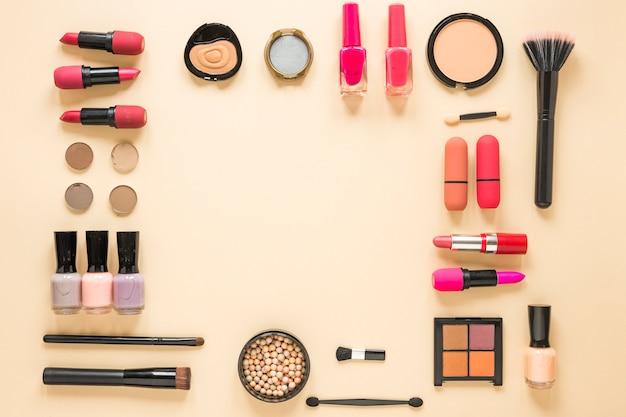 ベージュのテーブルにさまざまな化粧品の種類