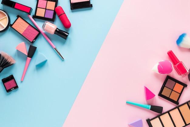 明るいテーブルに散在しているさまざまな化粧品