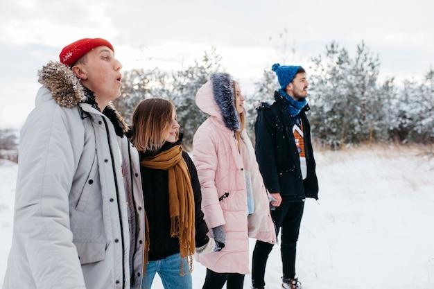 冬の森で手を繋いでいる若い友達
