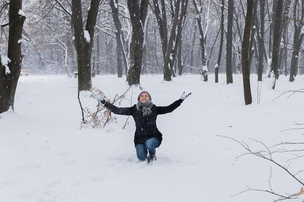 森で楽しむ暖かい服を着ている女性