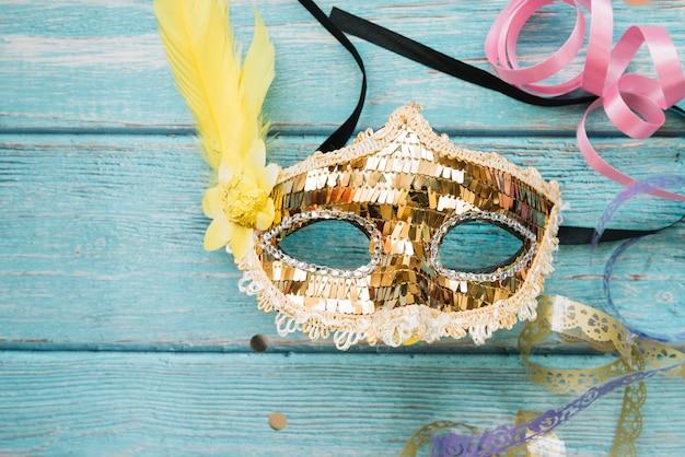 カーニバルのための光沢のある装飾的なマスク