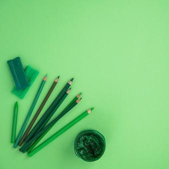 色鉛筆のハイアングル。クレヨン;緑の背景の上の粘土とキラキラ色