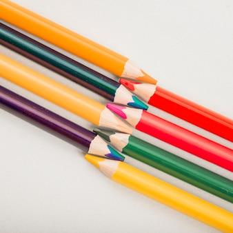 白の背景に分離されたカラフルな描画鉛筆のクローズアップ