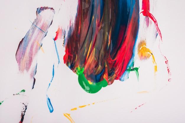 白い紙の上の抽象的なカラフルなベクトル水彩汚れ