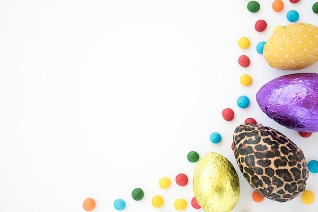 チョコレートの卵と鮮やかなキャンディーの組成