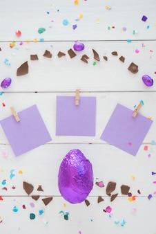 テーブルの上の小さな紙と箔でチョコレートのイースターエッグ