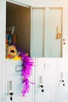 Открытый шкафчик с элегантным карнавальным реквизитом