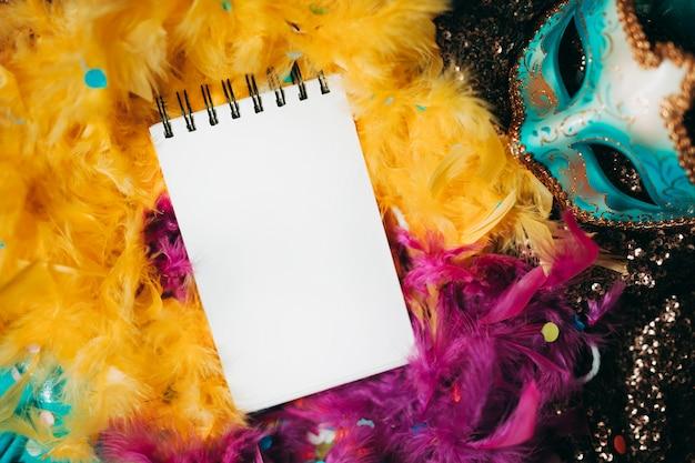 黄色とピンクの羽毛製の襟巻の平面図
