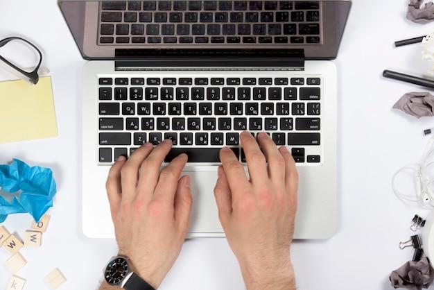 Крупным планом руки с помощью цифрового планшета на белом офисном столе