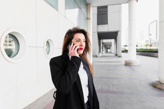 電話で話している若いビジネス女性