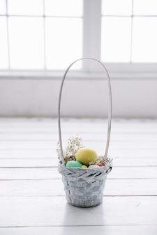 Маленькая корзинка с пасхальными яйцами