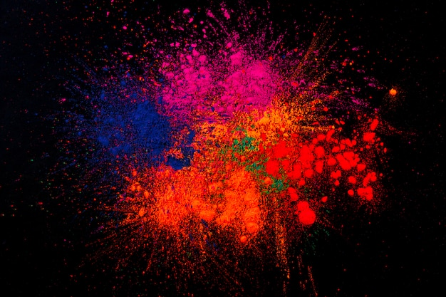 Разноцветные цвета холи, смешанные на черном фоне