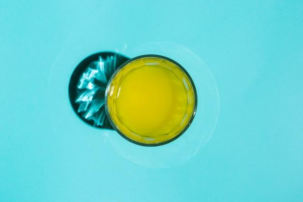 テーブルの上の塗装水のガラス