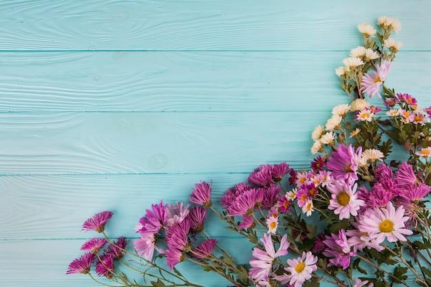 テーブルの上に散らばってさまざまな明るい花