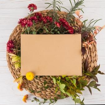 Чистый лист бумаги с разными цветами на столе