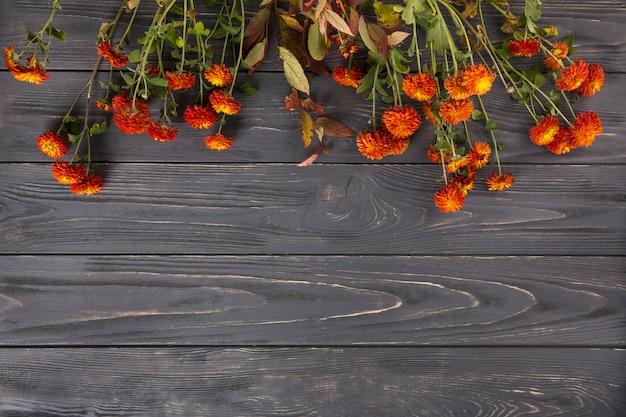赤い花が木製のテーブルの上に散らばって