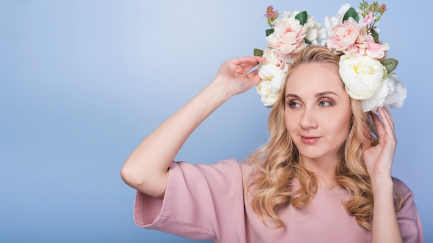 頭の上の花を持つ狡猾な情熱的な女性