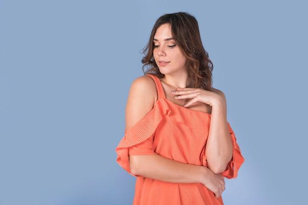 オレンジ色のブラウスでエレガントな女性