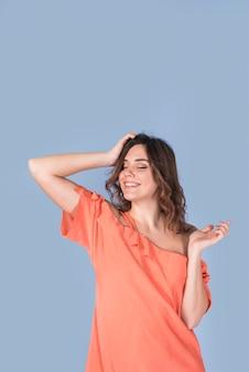 頭を抱えているブラウスの情熱的な女性の笑みを浮かべてください。