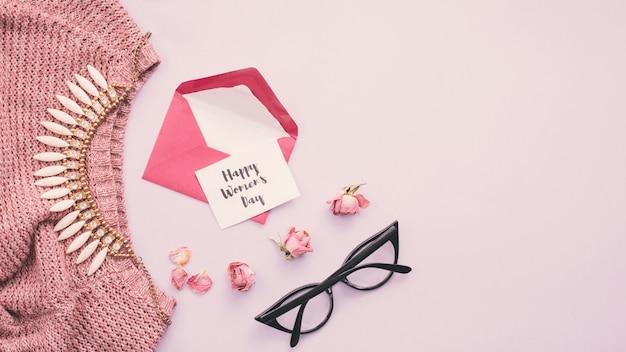 Надпись «счастливый женский день» с конвертом и ожерельем