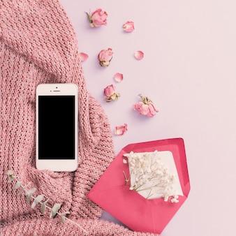 封筒に花を持つスマートフォン