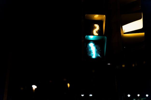 夜の信号機のクローズアップ