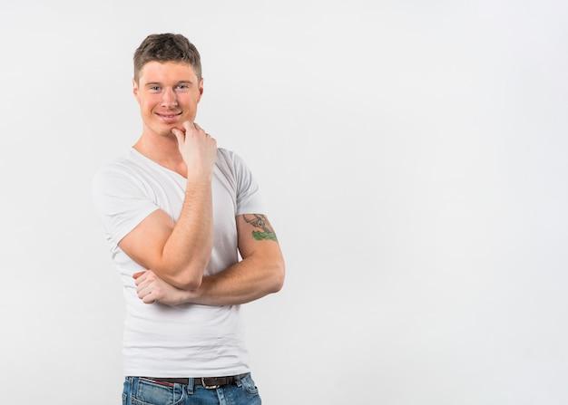 自信を持って若い男が白い背景で隔離の笑みを浮かべてください。