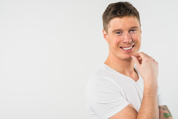 白い背景に分離された笑顔の若い男の肖像
