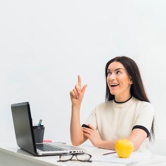 指を上向きのテーブルで女性