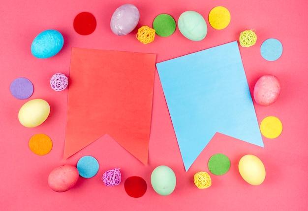 テーブルの上の紙のフラグとイースターエッグ