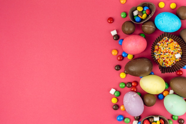 チョコレートの卵とテーブルの上のキャンディーイースターエッグ