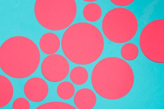 青い背景に赤い丸のデザイン