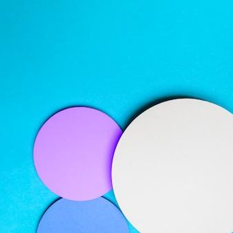 青い背景デザインのドロップシャドウと抽象的なサークル