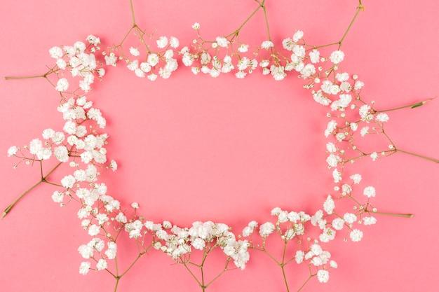 桃の背景に白のジプソフィラから作られたフレーム